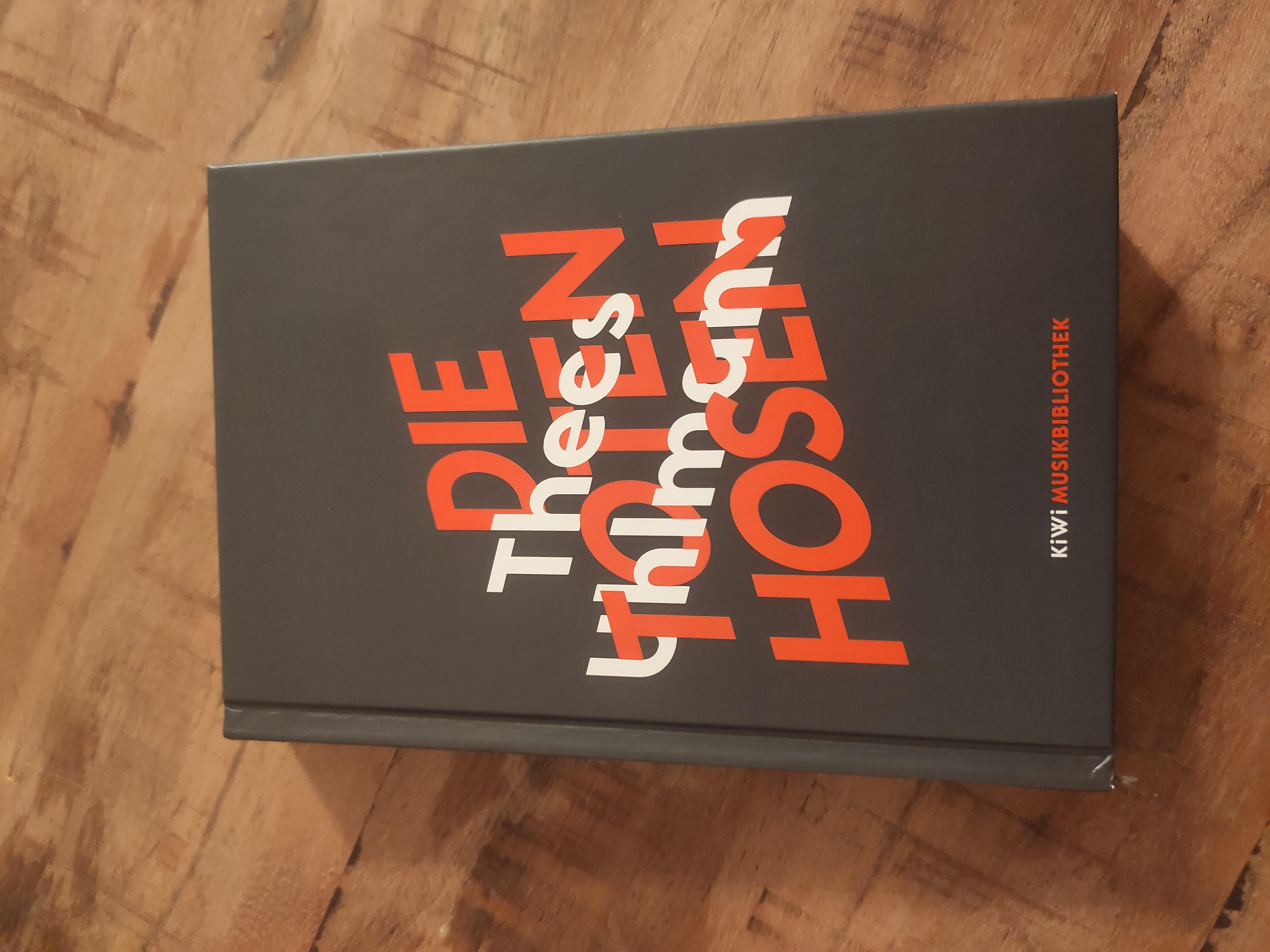 BOOK REVIEW: THEES UHLMANN – DIE TOTEN HOSEN